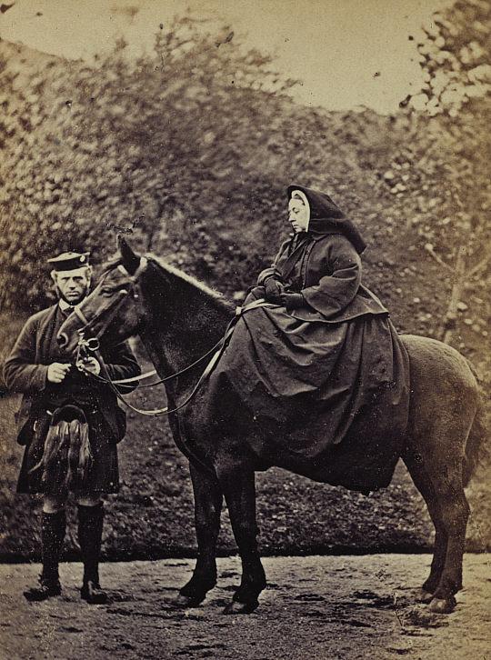 Королева Виктория со своим слугой Джоном Брауном, 1863-й год. Эта фотография поступила в продажу, и в первый год было продано 13 тысяч копий ее